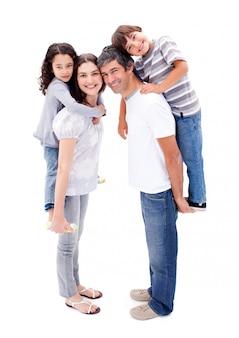 愛情豊かな両親が子供たちにピギーバックの乗り物を与える