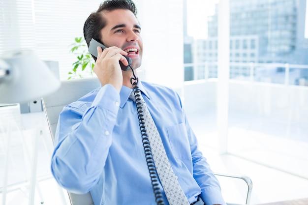 笑顔のビジネスマンの電話