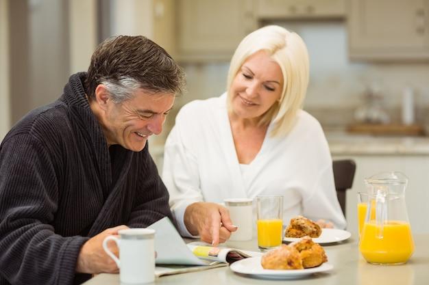 朝食を一緒に持つ熟年カップル