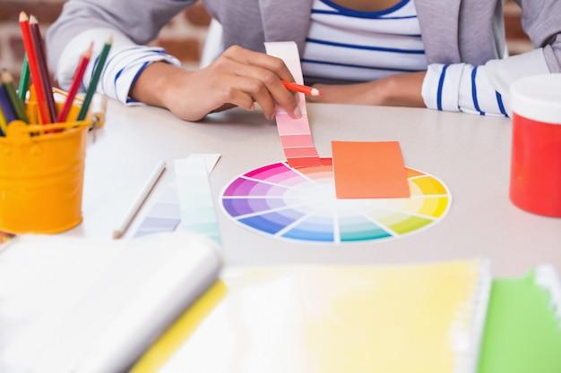 デザイナーの中間セクションで、机の上に色のサンプルがあります