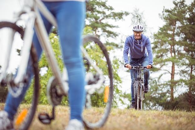 自転車に乗っている幸せなカップル