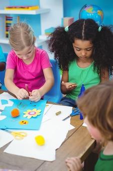 アートと工芸の絵を楽しむ子供たち