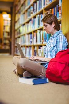 ノートパソコンを使った図書館の成人
