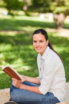 公園で読書をする女性
