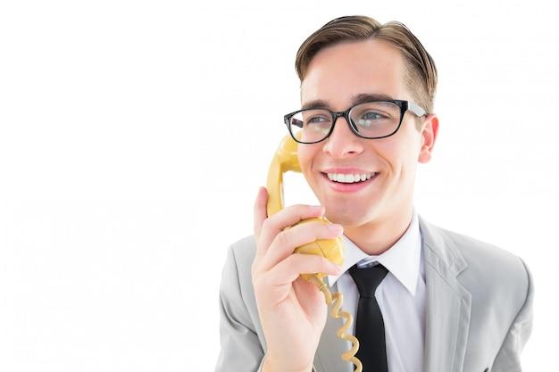 レトロな電話で話す奇妙なビジネスマン