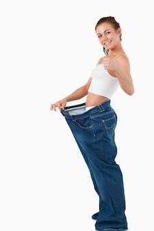あまりにも大きなズボンを着ている女性の肖像