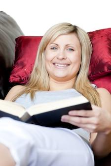かわいい女性が本を持って