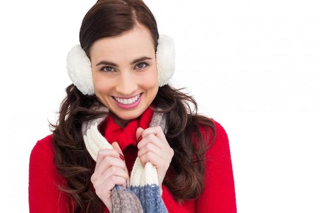 カメラで笑って冬の服で幸せなブルネット