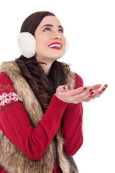 冬の服のブルネット、手で