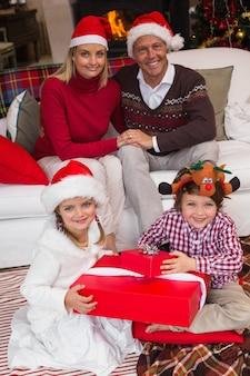 クリスマスを祝うサンタの帽子の家族