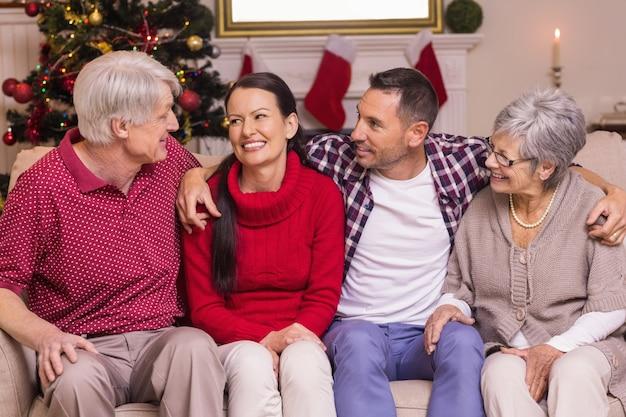 ソファに座って話す幸せな家族の肖像