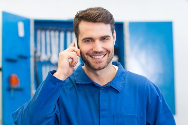 電話で笑顔の整備士