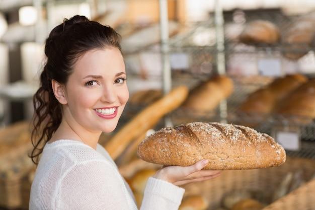 パンのパンを握るかなりのブルネット