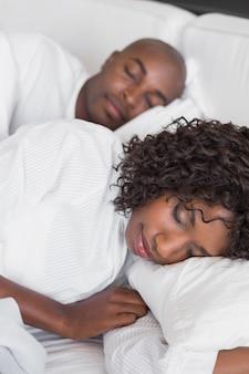 一緒に寝る幸せな夫婦