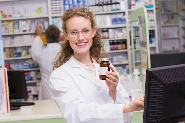 Фармацевт, держащий бутылку с лекарством