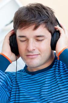 目を閉じる音楽を聴く男の肖像