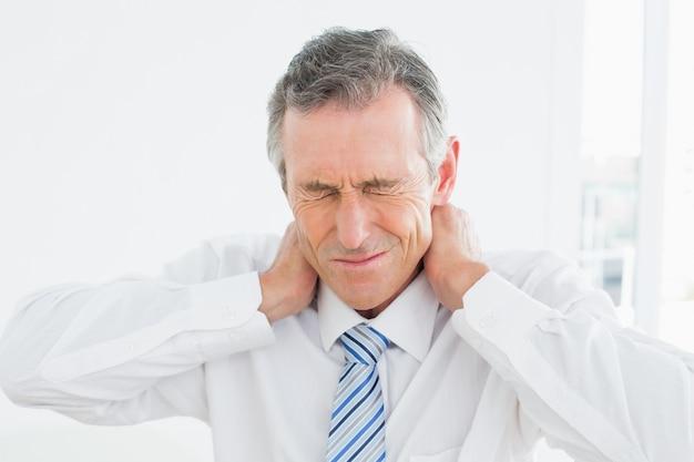 首、痛みに苦しんでいる成熟した男の拡大