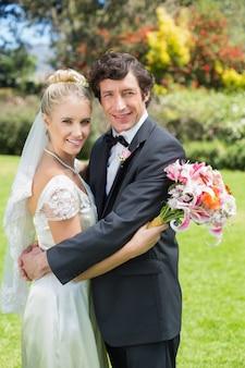 花嫁、新郎、抱きしめ、カメラで笑顔