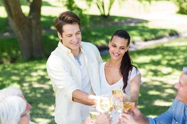 家族と一緒に乾杯する幸せなカップル
