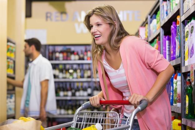 ブロンドの女性が商品を買って笑う