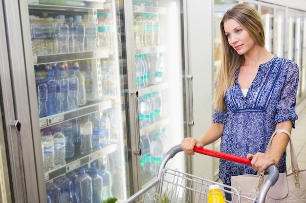 凍った製品を購入するかなり笑顔のブロンドの女性
