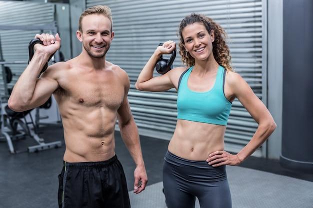 カメラを見ている筋肉のカップル