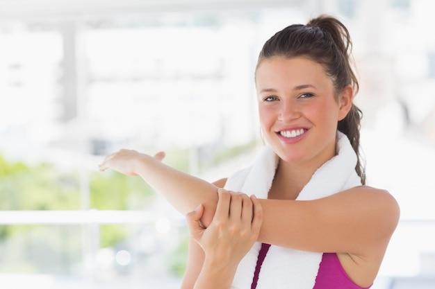 ヨガのクラスで手を伸ばしているスポーティな女性の肖像