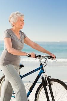 彼女のバイクを持つシニアの女性