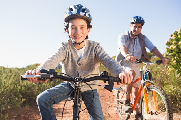 自転車乗りの父と息子