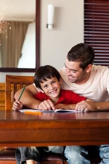 息子の宿題を助ける集中父