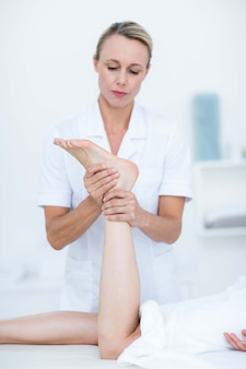 足のマッサージをしている理学療法士