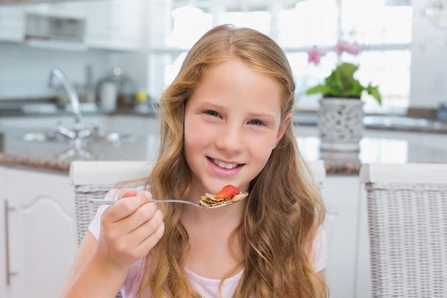 キッチンで朝食を取っている若い女の子の肖像