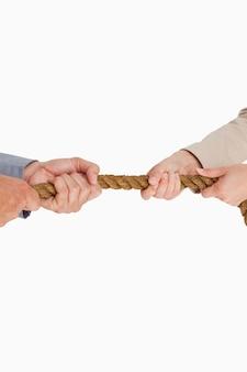 Деловые люди тянут веревку