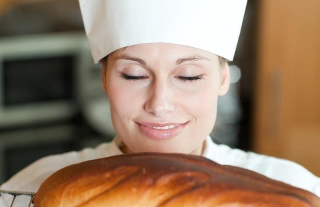 焼きたての女性シェフパンを焼く