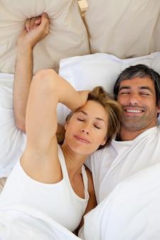 美しいカップルが目を覚ます