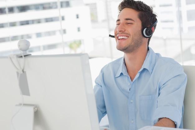 Счастливый дизайнер смеется во время онлайн-общения