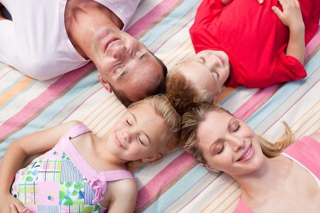 愛する家族は草の上に横たわって眠っている