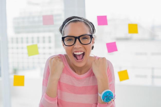 創造的なオフィスで幸せな女性