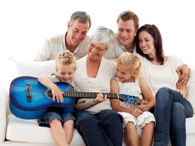 Счастливая семья, играющая на гитаре дома