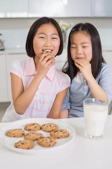 キッチン、クッキー、牛乳、