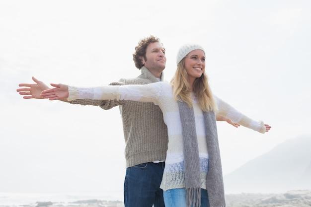 Счастливый случайные молодая пара, протягивая руки