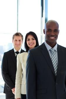 Бизнесмен в центре внимания с ее командой