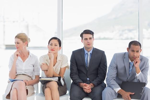 オフィスでの就職を待っているビジネスマン