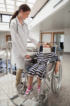 女性、医者、車椅子、首、ブレース、子供、笑顔