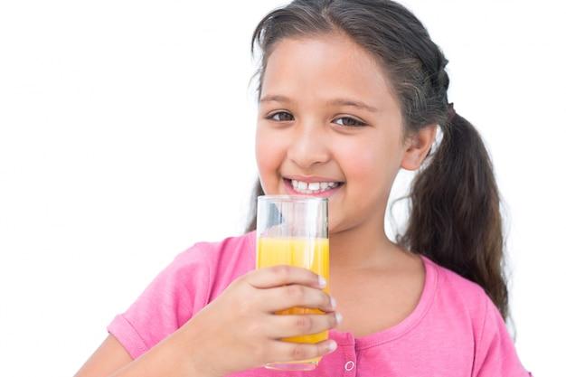 Улыбаясь девочка, пить апельсиновый сок