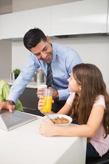父親、ラップトップ、子供、キッチン、朝食