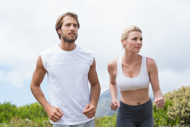 登山の魅力的なカップルジョギング