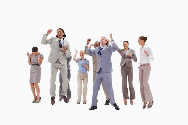 Очень счастливые деловые люди прыгают