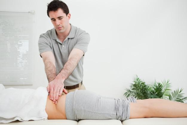 患者の背中をマッサージしながら看護師を立てる