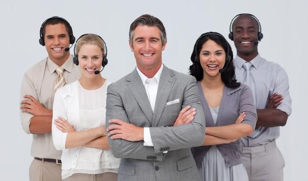 Многонациональная команда, работающая в колл-центре